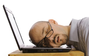 Angestellter auf Laptop eingeschlafen